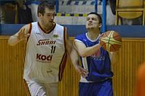 Druholigoví basketbalisté Písku sehráli další dva mistrovské zápasy, v Benešově prohráli, ale z Tábora si přivezli vítězství. Na snímku ze zápasu Sršňů se Strakonicemi atakuje písecký Efenberk (vlevo) hostujícího Jeřábka.