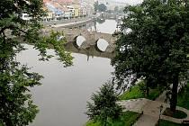 Netradiční pohled na Kamenný most v Písku ze Sladovny.