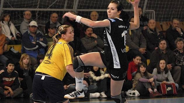 Písecká Iveta Luzumová (na snímku při střelbě) by měla v nové sezoně interligy házenkářek patřit ke klíčovým hráčkám družstva Casty Sokola Písek.