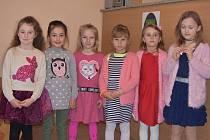 Děti ze školky a základní školy přivítaly nové občánky Dobeve.