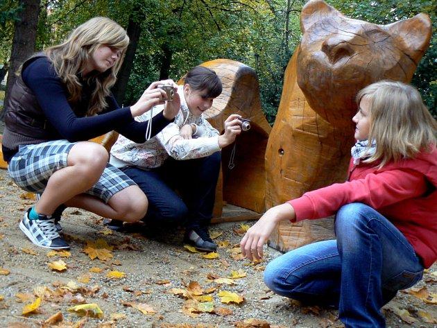 """Digitální technologie – volitelný předmět na píseckém gymnáziu si mezi studenty brzy získal velkou popularitu.  """"Zpracováváme fotky na počítači, učíme se pracovat ve photoshopu,"""" uvedla Tereza  Vospělová (vpravo) ze třídy 2.O."""