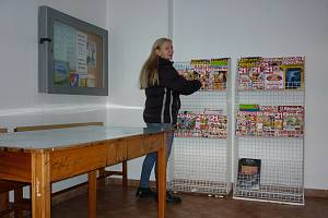 Mirovická knihovnice Lenka Vlková se v čekárně na vlakovém nádraží zapojila do projektu Kniha do vlaku.
