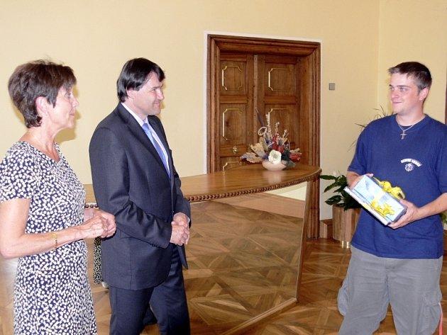 Místostarostka Hana Rambousová, starosta Miroslav Sládek a Lukáš Nebes