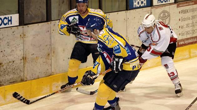DVĚ VÝHRY. Hokejisté IHC Písek porazili v úvodních dvou zápasech prvního kola play off na domácím ledě tým HC Klatovy 2:1 po prodloužení a 4:1. Náš snímek je ze sobotního zápasu. Domácí hráči Řehoř a Vondřich bojují o puk s Kreuzmanem.