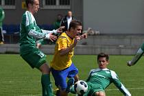 PÍSEK PORAZIL METEOR PRAHA 1:0. Jiří Ježdík padá ve vápně soupeře. Z následné penalty rozhodl František Němec.