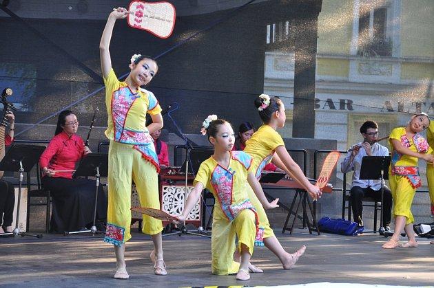 FOLKLORNÍ FESTIVAL. V Palackého sadech v Písku se koná Mezinárodní folklorní festival.