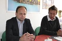 Na snímku hovoří k novinářům Vladimír Homola (vlevo), ředitel firmy ČSAD Autobusy České Budějovice a. s., a Tomáš Poskočil, ekonomický manažer oddílu házené TJ Sokol Písek.