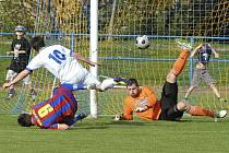 Domácí brankář Horek spolu s Bozděchem kryjí šanci Staňka v zápase fotbalové divize, ve kterém Milevsko porazilo Slavoj Koloveč 2:1.