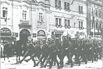 Pochod německých vojáků přes Velké náměstí v Písku.