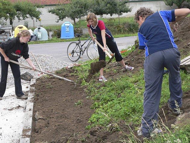 Do úpravy terénu u nového parkoviště před Novou hospodou v Křenovicích se zapojili i mladí, členové hasičského družstva, Jana a Michala Hořejší a Jiří Bárta.
