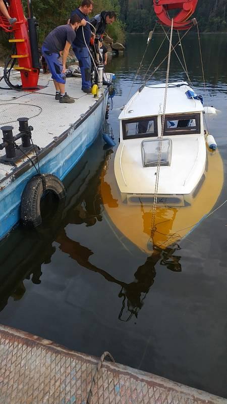 """Hasiči """"vylovili"""" loď, která se potopila v Orlické přehradě v katastru obce Jickovice. foto HZSJČ"""