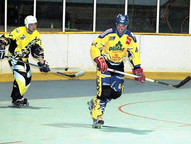 Písecký Pavel  Procházka (vpravo) vstřelil v extraligovém utkání in–line hokeje Berounským Medvědům čtyři góly,  na bodový zisk to však bohužel nestačilo.
