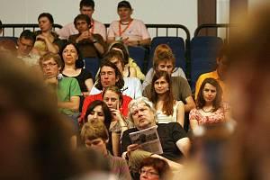 DIVÁCI. V letech 2009 a 2010 byli diváci spokojeni, letos se organizátorům nepodařilo sehnat dost peněz. Co nabídne Festival nad řekou v roce 2012?