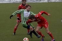 Hostující Keclík (vpravo) bojuje o míč se Šicnerem (v zeleném) v zápase minulého kola krajského přeboru, ve kterém domácí Tatran Prachatice remizoval s béčkem FC Písek 1:1.