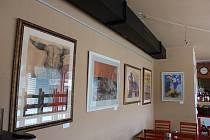 VÝSTAVA. Až do konce srpna vystavuje díla ve vinárně v Portyči.