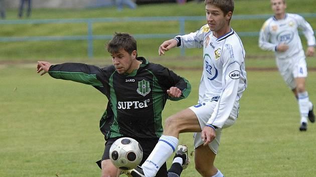 Domácí Jan Málek (vpravo) bojuje o míč s hostujícím Kubíkem v zápase minulého kola fotbalové divize, ve kterém Milevsko zvítězilo nad týmem Rokycan 1:0.