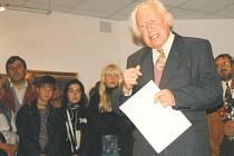 NA VÝSTAVĚ. Akademický malíř František Roman Dragoun při zahájení jedné ze svých výstav v Prácheňském muzeu v Písku.
