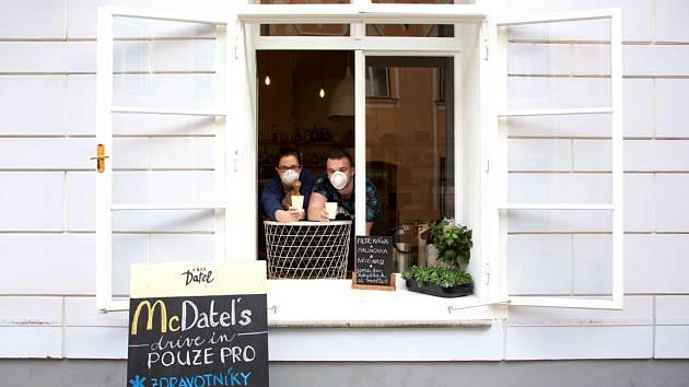 Výdejní okno Café Datel v Českých Budějovicích.