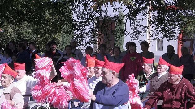 NA PARKETU. Tanec na říznou dechovku  senioři  pod vedením Hany  Hrůzové nacvičili  právě pro Zámeckou slavnost. U diváků  mělo jejich vystoupení velký ohlas.