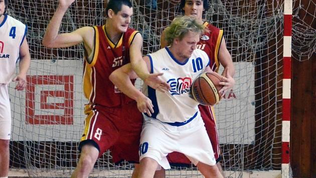 STŘELEC. Petr Šlechta (vlevo) si v utkání s Děčínem sice připsal devatenáct bodů, ale porážku Sršňů neodvrátil.