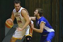 Domácího Efenberka (s míčem) atakuje hostující Kraml v sobotním utkání druhé ligy basketbalistů, ve kterém Písek zvítězil nad Strakonicemi 81:80.