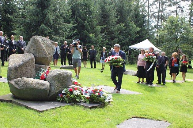 Uctění památky obětí tábora v Letech.
