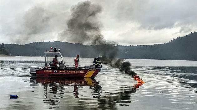 Požár laminátového člunu na Radavě na Orlíku.
