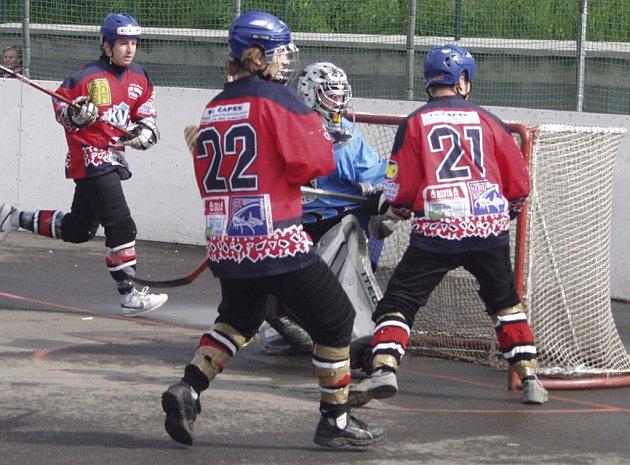 Před brankářem hostí Voráčem jsou domácí hráči Jan Sýbek (č. 22) a Tomáš Zacios (č. 21).