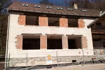 Chata Živec se rekonstruuje.