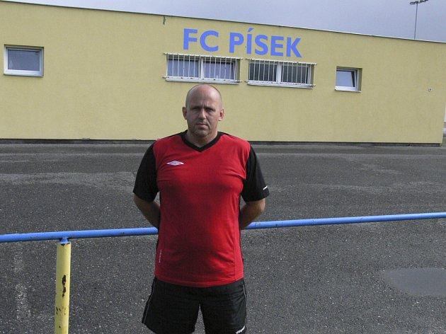 Jaroslav Kostka (na snímku), nový trenér třetiligových fotbalistů FC Písek, zahájil v úterý s týmem přípravu na novou sezonu.