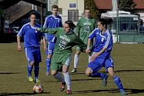 Hostující Jaroslav Malý (vpravo) atakuje Ondru Prášila (u míče), za ním je jeho spoluhráč Josef Šácha. V sobotním utkání fotbalové divize remizovala Čížová s Tachovem 3:3.