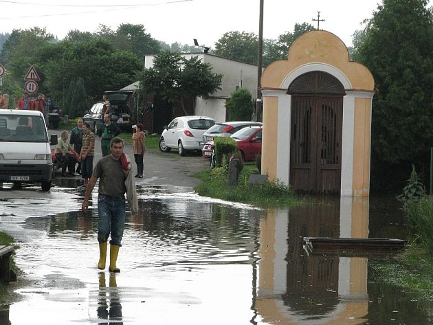 Muž prochází kolem kapličky v Putimi, která byla obnovena po povodních v roce 2002.