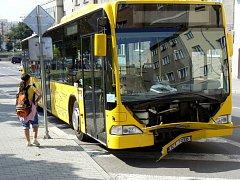 12 osob bylo ve středu 3. září odpoledne před půl druhou zraněno v Kollárově ulici při nehodě autobusu MHD a osobního vozu Peugeot. Na místě zasahovali i písečtí profesionální hasiči, kteří pomáhali s transportem zraněných a zajistili havarované vozy.