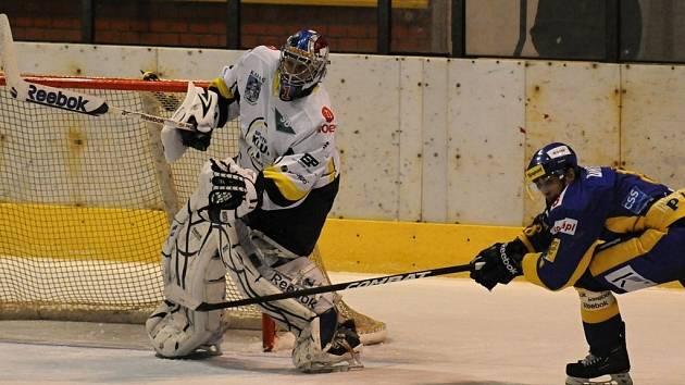 Hokejisté Písku podlehli ve středečním zápase první ligy v Kadani 2:4. Na snímku písecký obránce Tomáš Drtil atakuje soupeřova brankáře Miroslava Hanuljaka.
