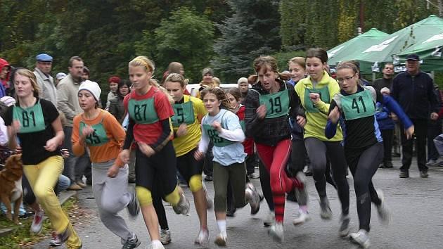V Písku se konal 84. ročník lesního běhu Kolem Ameriky. Náš snímek je ze závodu kategorie žákyně mladší II., zcela vlevo s číslem 81 je Anežka Horáková z SK Libín.