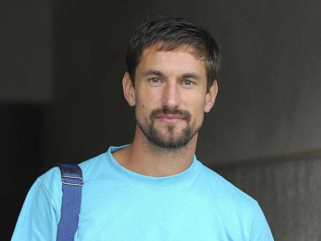 Kapitán hlavických fotbalistů Jan Flachbart vychází, již v civilu, z kabiny po skončení třetiligového utkání v Písku, které skončilo nerozhodně 2:2.