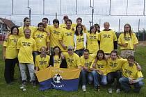 Fotbalisté TJ Sokol Hrazánky (na snímku i se svými příznivci) vyhráli letošní ročník okresní III. třídy a postupují do okresního přeboru.