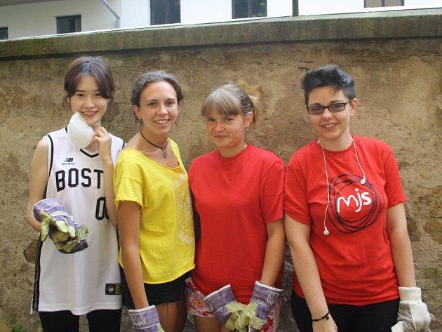 Na snímku jsou Lee Jiwon (Jižní Korea), Elena Hernando Bravo (Španělsko), Olga Komissarova (Rusko) a Cecilia Tubaro (Itálie).
