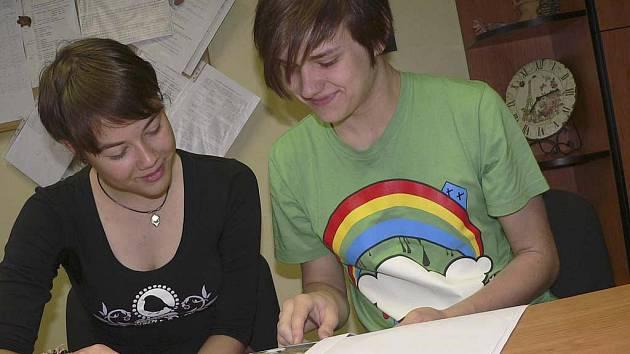 Žáci 9.A třídy ZŠ E. Beneše v Písku Anežka Bartošíková a Jan Vacek vyhráli celorepublikové kolo soutěže Tvoříme vlastní nakladatelství a v Mezinárodní literárně výtvarné soutěži získali čestné uznání