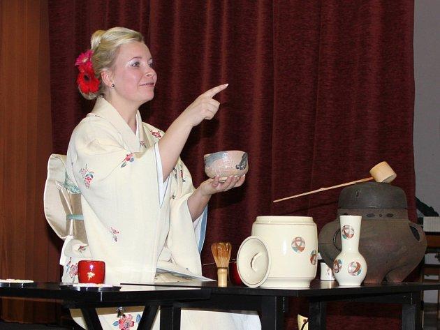 Ukázka čajového obřadu a ikebany.