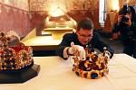 Dvě koruny v Prácheňském muzeu v Písku,Václavská a Císařská budou pár dní vystaveny,na snímku Jan Adámek/historik červená kravata a brýle/