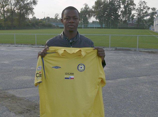 Fotbalista Kaba Mamady z Pobřeží slonoviny je novou posilou FC Písek. Hráč zapózoval s dresem svého nového klubu v sobotu před odjezdem písecké rezervy k utkání krajského přeboru na Hluboké.