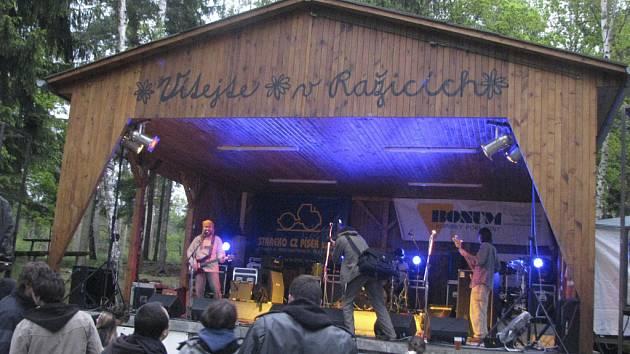 Hudební festival Rockem proti rakovině se koná v přírodním amfiteátru v Ražicích.