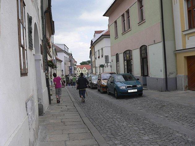 Šrámkova ulice v Písku, vlevo je dům U Koulí, kde sídlí Základní umělecká škola O. Ševčíka.