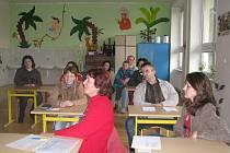 UČEBNA.  Místnost v bernartické škole, kde od září budou mít třídu předškolní děti. V popředí vpravo je nová učitelka Olga Březinová, která nastoupí v září, a vedle ní vedoucí učitelka mateřské školy Marie Zemanová