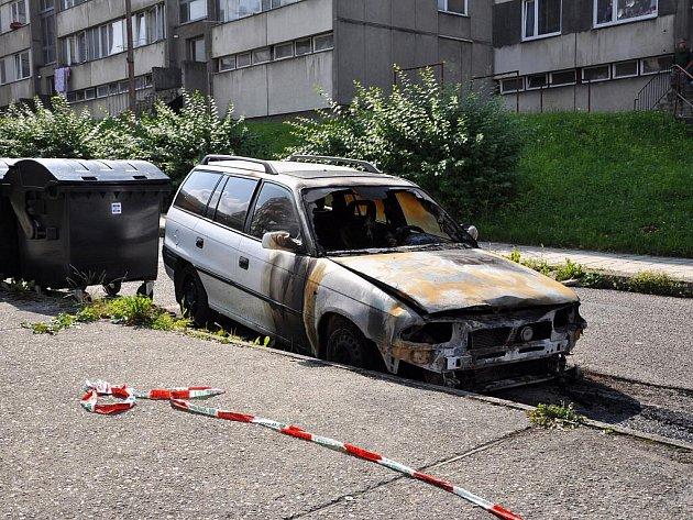 Na třídě Přátelství ve čtvrtek před třetí hodinou ranní hořelo auto.