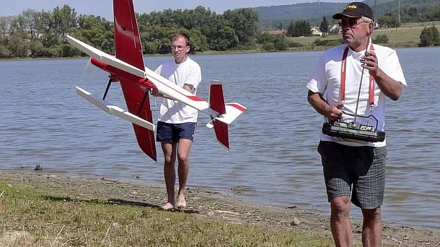 Z BABIC DO SELIBOVA. Soutěžící se sjeli z celé republiky – Jaroslav Malec (vpravo) a František Vokurka přijeli se svým akrobatickým modelem z Babic.