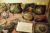 Z výstavy Poklady ze starých truhel, skříní a šperkovnic.