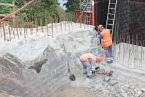 REKONSTRUKCE Žďákovského mostu pokračuje. Pracovníci společnosti Colas ale musí dodržovat nastavená pravidla, i když to někdy znamená přerušení prací.