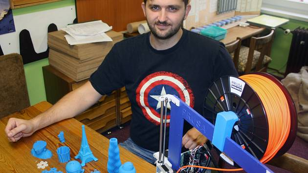 VEDOUCÍ. Karel Červenka představuje zařízení, na kterém DDM Písek učí své klienty tisknout pomocí 3D technologie.
